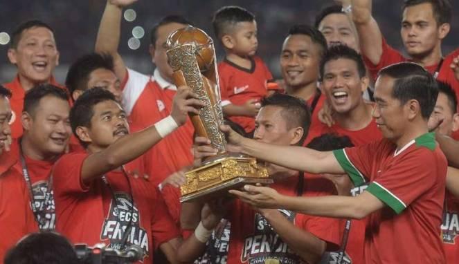 Pemain persija bambang pamungkas terima trofi piala presiden dari jokowi